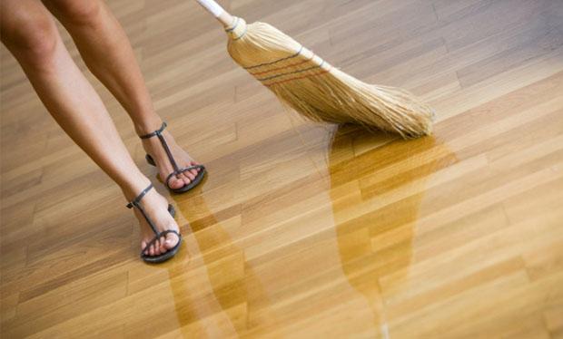 Уход за напольными покрытиями из натуральной древесины для их долговечности
